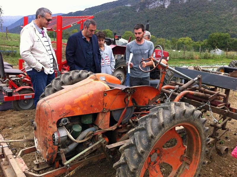 """Jean-Robert Martel (à droite) et son tracteur """"vintage"""""""