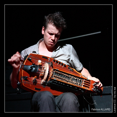 Yann Gourdon jouant de la vielle à roue (Photo Fabrice Allard, licence CC by-nc-sa, http://www.etherreal.com/spip.php?article3679)